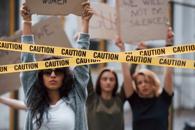 Tudo está em ação. grupo de mulheres feministas protestam por seus direitos ao ar livre Foto gratuita