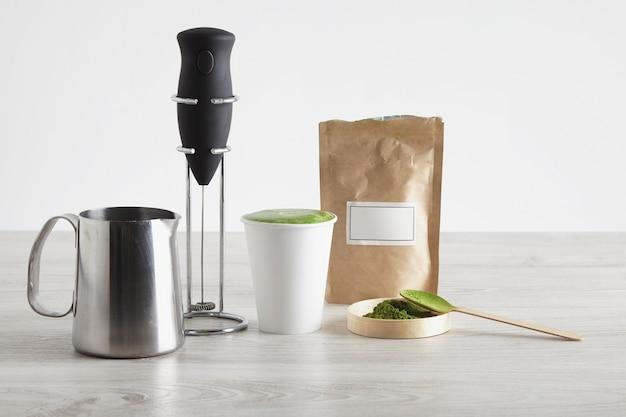 Tudo necessário para preparar café com leite de forma moderna. apresentação de venda espumante elétrico de leite cromo suporte orgânico premium matcha pó japão levar vidro de papel Foto gratuita