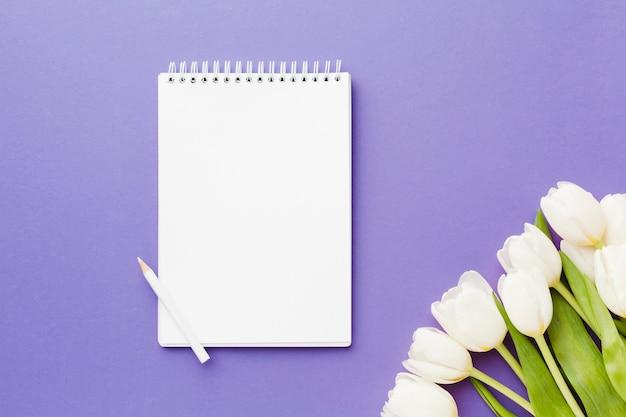Tulip branco flores ans vazio bloco de notas Foto gratuita