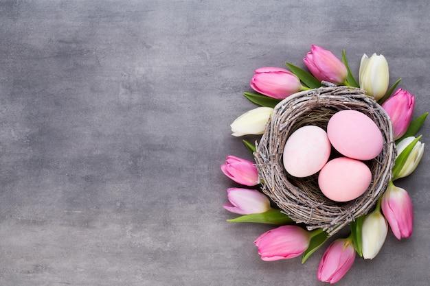 Tulipa rosa com ninho de ovos rosa vista superior Foto Premium