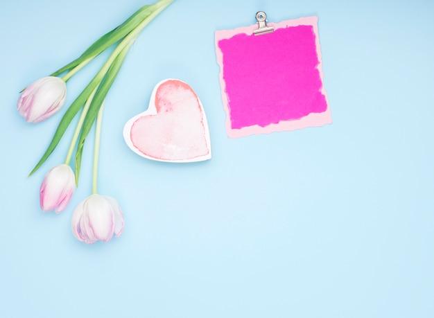Tulipas com papel em branco e coração Foto gratuita