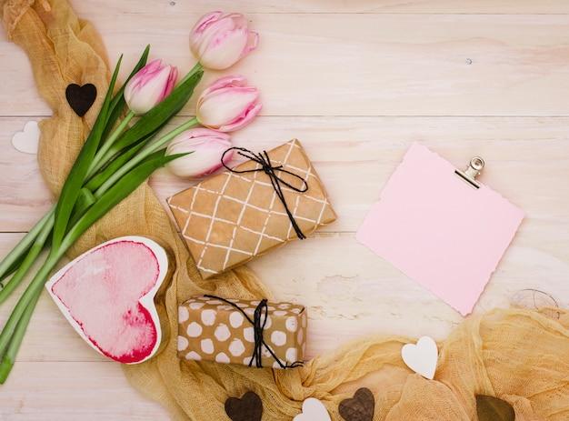 Tulipas com pequenas caixas de presente e papel Foto gratuita