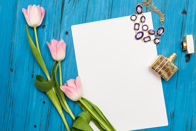Tulipas cor de rosa em uma placa de madeira azul Foto Premium