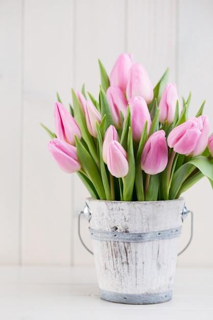 Túlipas da páscoa da primavera no balde Foto Premium