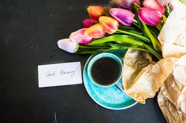 Tulipas e café Foto Premium