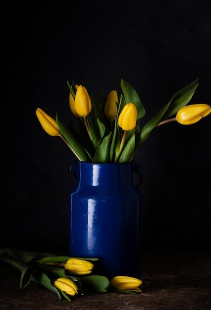 Tulipas florescendo no vaso Foto gratuita