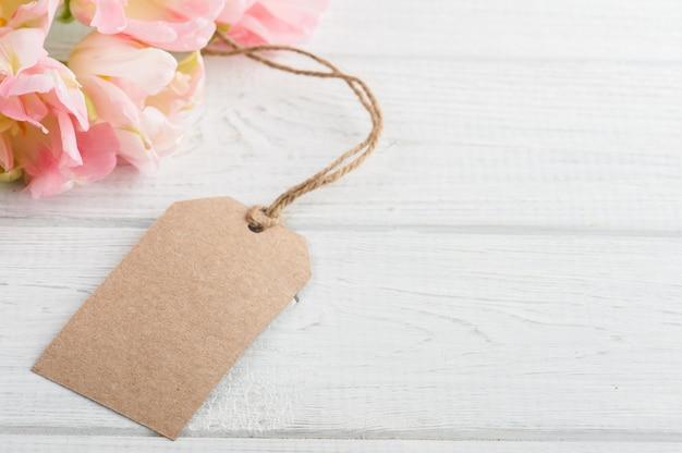 Tulipas rosa primavera com etiqueta de papel Foto Premium
