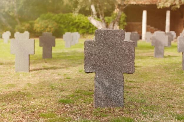 Tumba ensolarada com cruz de pedra Foto Premium