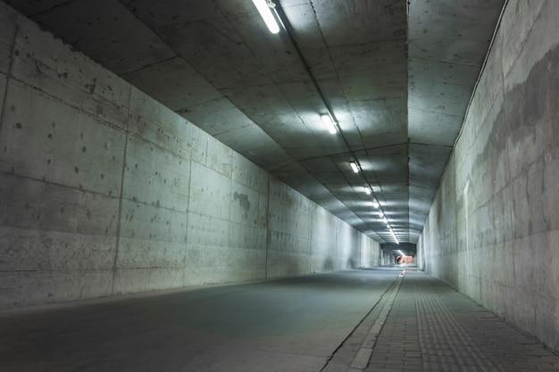 Túnel abandonado com paredes danificadas Foto gratuita