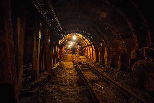 Túnel de mineração subterrânea com trilhos Foto Premium