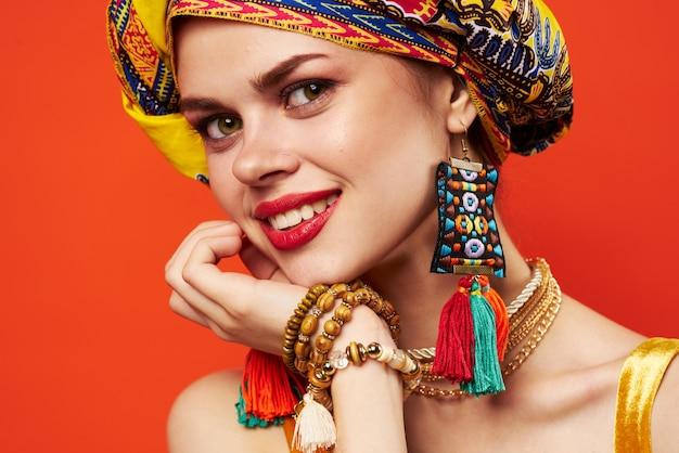 Turbante de lábios vermelhos de mulher atraente em emoções de maquiagem de decoração de cabeça Foto Premium
