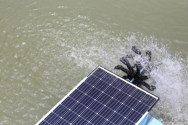 Turbina de água solar na lagoa. Foto Premium