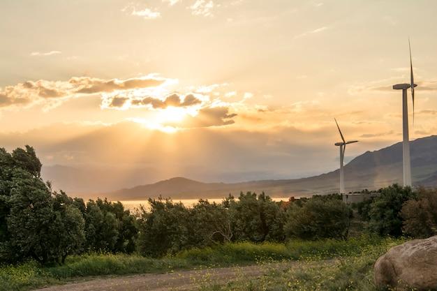 Turbina de gerador de vento elétrico ao pôr do sol Foto Premium