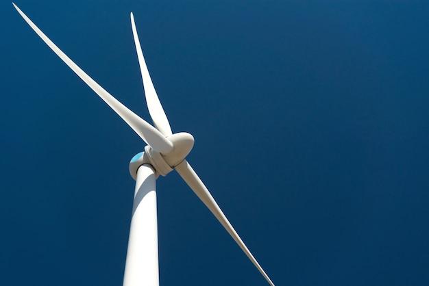 Turbina de vento contra o céu azul profundo Foto gratuita