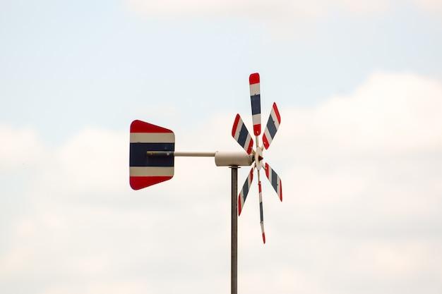 Turbina de vento de bandeira tailandesa, cor do céu natural turva, o vento sopra, fazendo com que a hélice girar, espaço livre na imagem Foto Premium