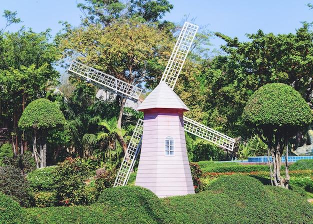 Turbina de vento de moinho de vento no parque jardim Foto Premium