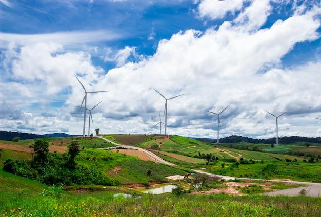 Turbina eólica no topo montanha e céu azul Foto Premium