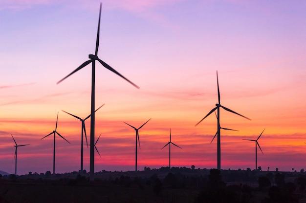 Turbinas eólicas de geração de energia ao pôr do sol Foto Premium