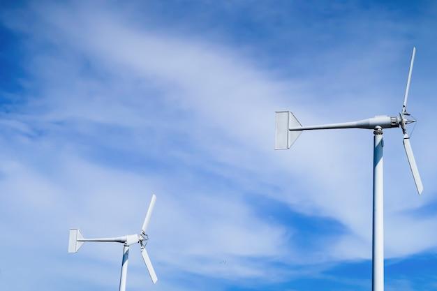 Turbinas eólicas no céu azul. Foto Premium