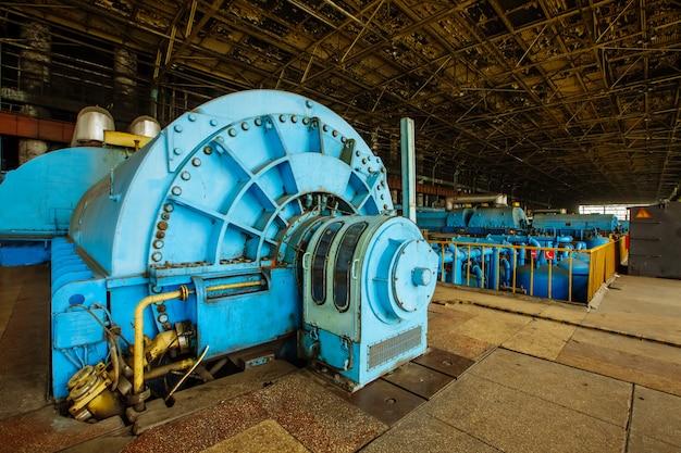Turbinas no compartimento do motor para turbinas a vapor de uma usina nuclear Foto Premium