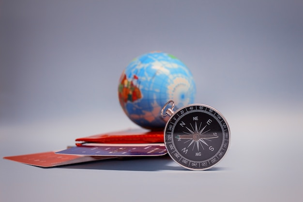 Turismo com globo, passaporte, bilhetes e bússola Foto Premium
