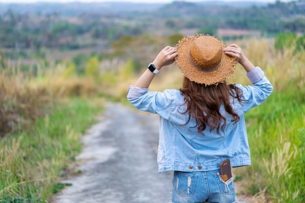 Turismo feminino com mochila na zona rural Foto Premium