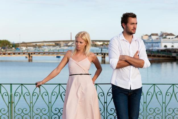Turismo na cidade - casal em férias discutindo Foto Premium