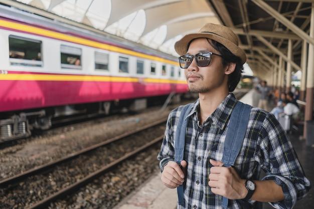 Turista asiático do bloco do saco do homem na estação de trem em Tailândia.  Foto 84f9568926