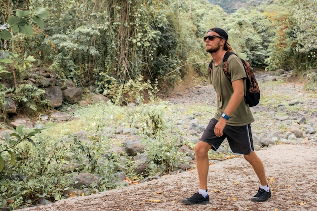 Turista caminha na pedra Foto gratuita