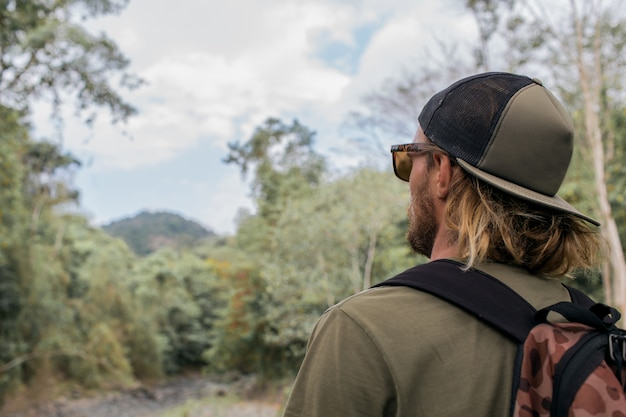 Turista caminha pela floresta Foto gratuita