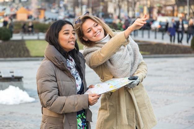 Turista com mapa em praga Foto Premium