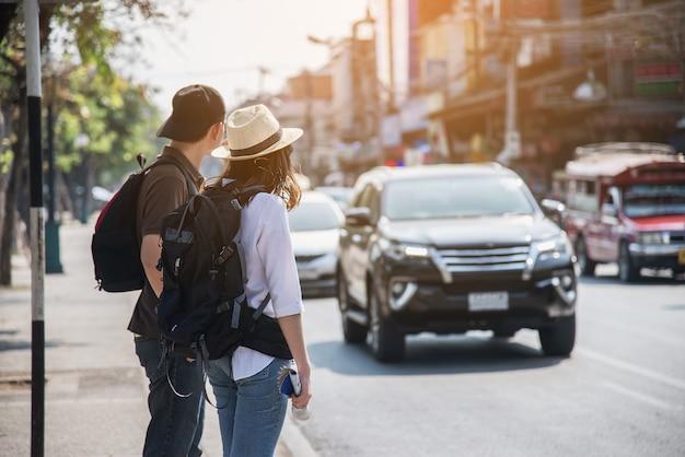 Turista de casal asiático a atravessar a estrada Foto gratuita