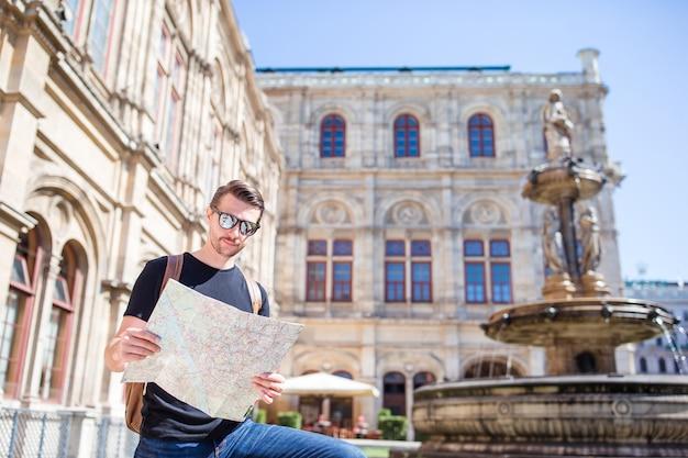 Turista de homem com um mapa da cidade Foto Premium
