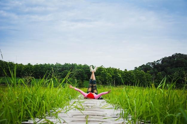 Turista desfrutar de ar fresco da paisagem rural, na ponte de madeira no campo de arroz no norte da tailândia Foto Premium
