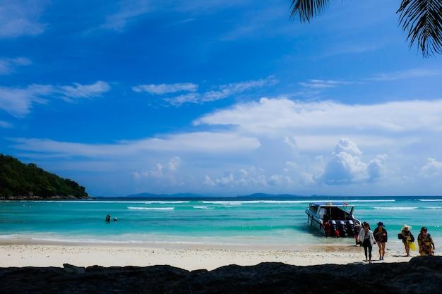 Turista e a vista para a praia com lancha para uma viagem de um dia à ilha de koh racha yai em phuket, tailândia Foto Premium