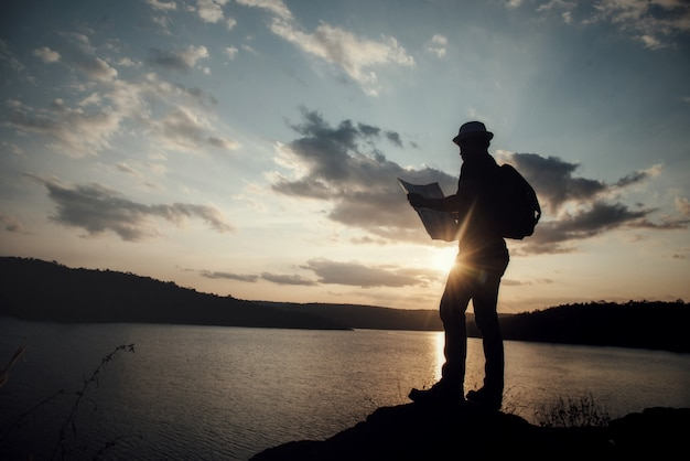 Turista fazendo foto da natureza Foto gratuita