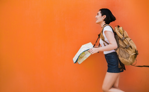 Turista mulher asiática estava correndo para vários lugares Foto Premium