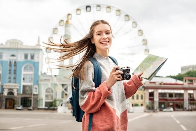 Turista na cidade e roda gigante atrás Foto Premium