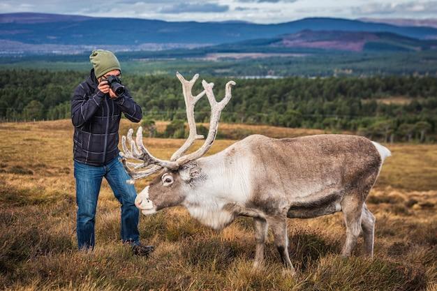 Turista na escócia, levando um tiro de um cervo Foto Premium