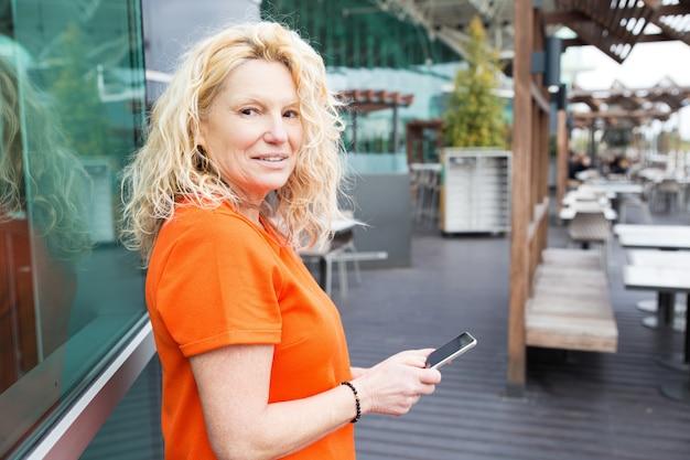 Turista positiva usando aplicativo móvel Foto gratuita