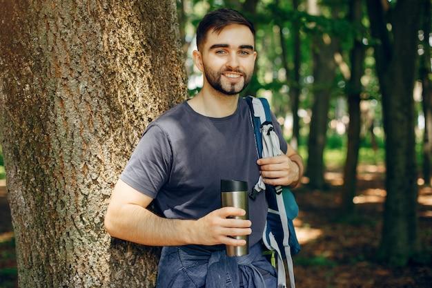 Turista tem um descanso em uma floresta de verão Foto gratuita