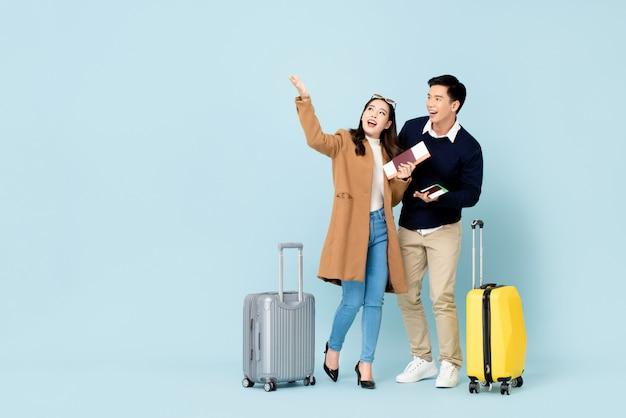 Turistas asiáticos adorável casal indo viajar Foto Premium