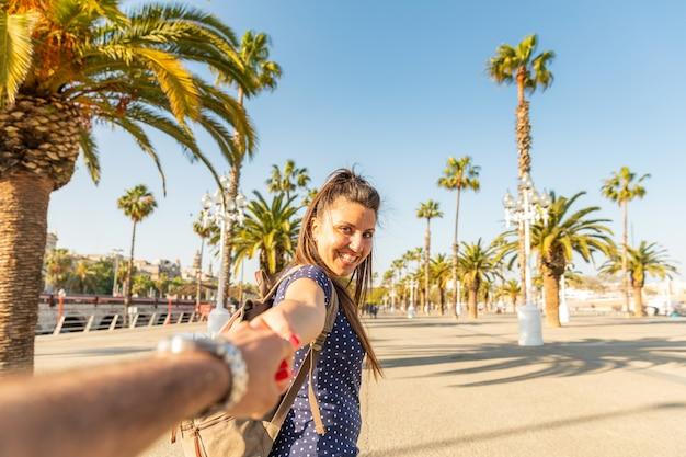 Turistas casal feliz na ensolarada barcelona Foto Premium