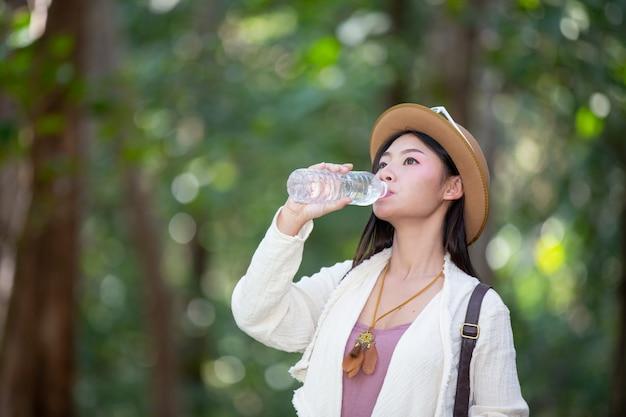 Turistas do sexo feminino estão bebendo água. Foto gratuita
