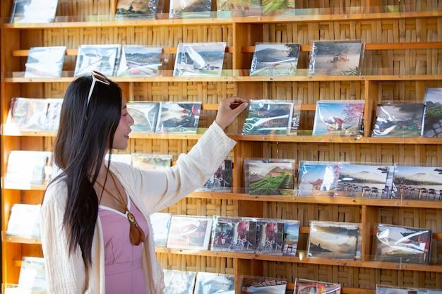 Turistas do sexo feminino que estão trabalhando online Foto gratuita