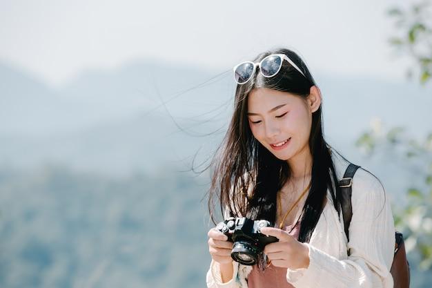 Turistas do sexo feminino que tiram fotos da atmosfera Foto gratuita