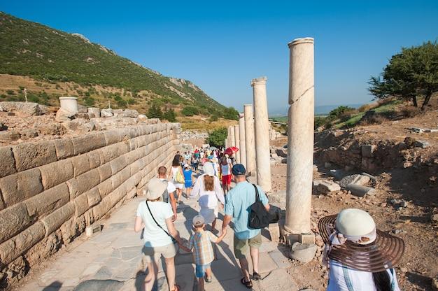 Turistas em passeios pelas ruínas, sem guia Foto Premium
