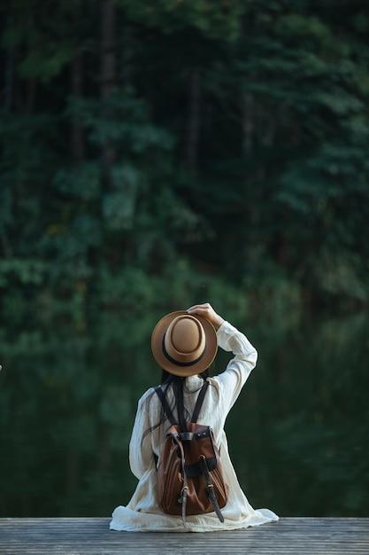 Turistas femininas espalham seus braços e seguram suas asas Foto gratuita