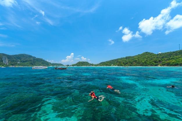 Turistas, natação, e, snorkeling, em, mar andaman, em, phi phi, ilhas, um, de, a, maioria, beautifull, ilha, em, tailandia Foto Premium