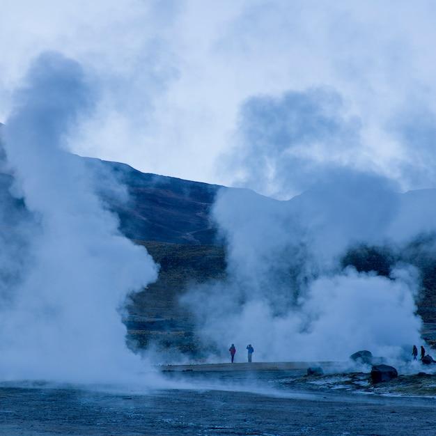 Turistas no gêiser de el tatio, san pedro de atacama, província de el loa, região de antofagasta, chile Foto Premium
